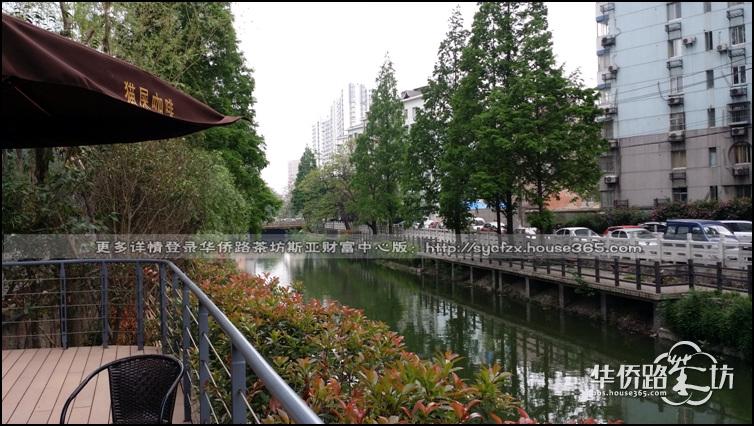 临河的景观休息区