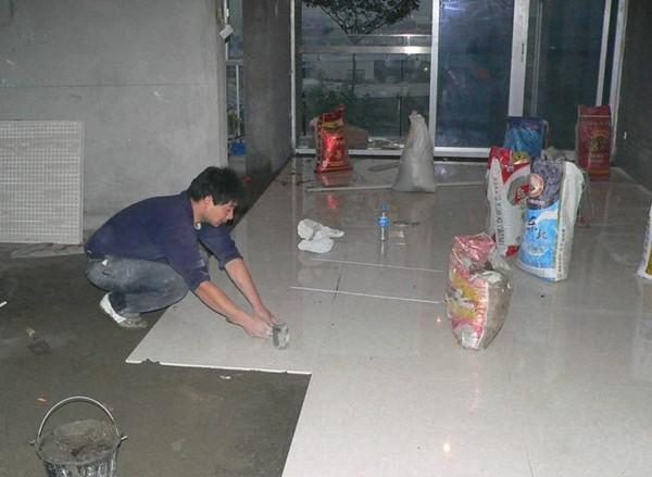 怎样铺贴地砖?   铺贴方法有两种:第一种是在原地坪表面刮抹1:2水泥砂浆作垫层,砂浆厚度不超过2厘米,然后在垫层上铺贴地砖。垫层的操作方法同地坪马赛克的垫层操作方法。第二种是用粘结剂抹在地砖背面或直接抹在原地坪上,然后把地砖粘贴在地面上。采用直接粘贴不做垫层的方法,要求原地坪是水泥地坪,并且地坪的平整度较高,符合此条件方可。下面就直接粘贴地砖地坪的方法作具体介绍:   1.