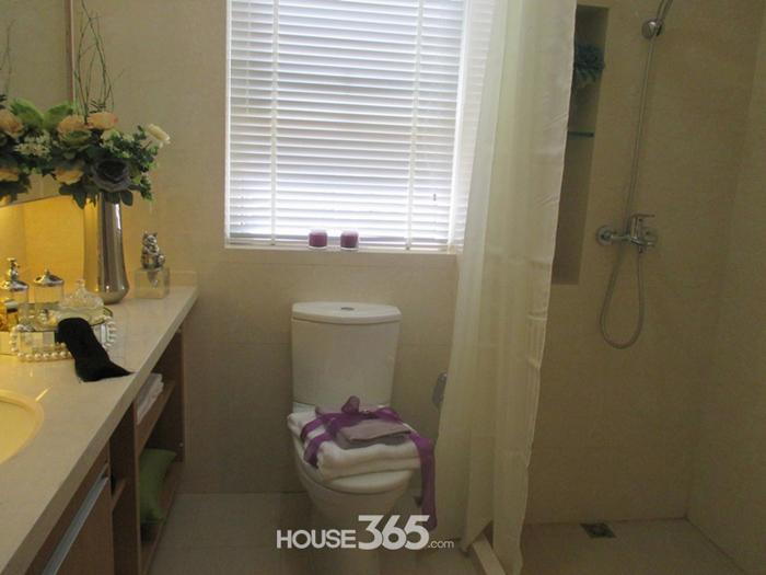 距离非常近,方便家人使用;马桶以及洗手台各有位置